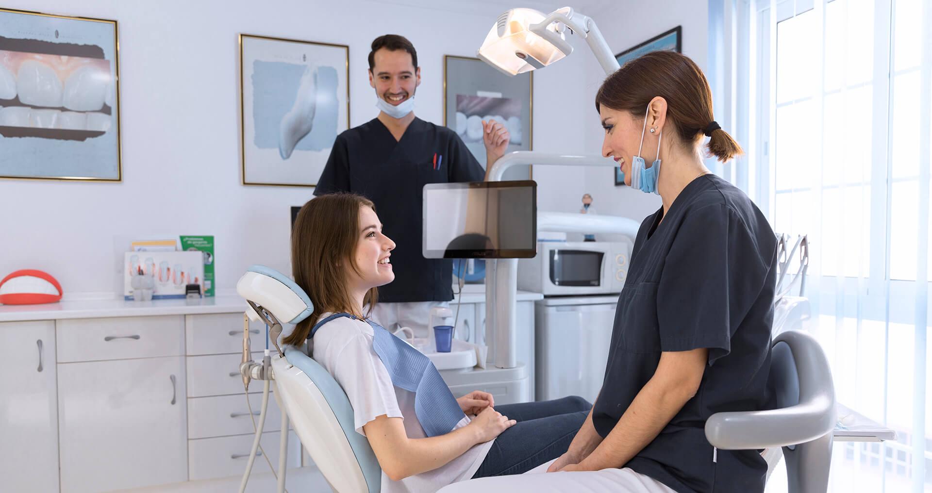 Kobieta na fotelu u dentysty - konsultacje u dentysty - Halemba Dent