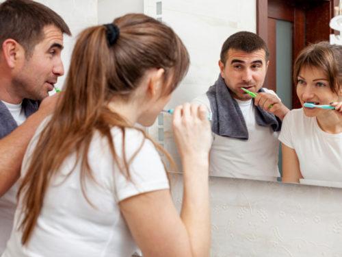 Jak dbać o zęby na wakacjach, by w pełni cieszyć się odpoczynkiem